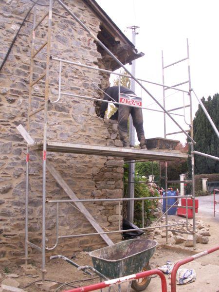 Hugo Gardrel maçon pierre reprend l'angle du mur en pierre/EIRL