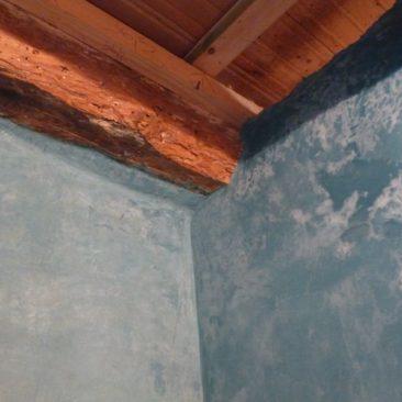détail tadelakt turquoise dans salle de bain