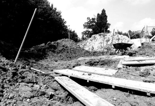 chantier participatif 1 st germain sur ille construction en bauge coffrée de l'atelier de maçonnerie