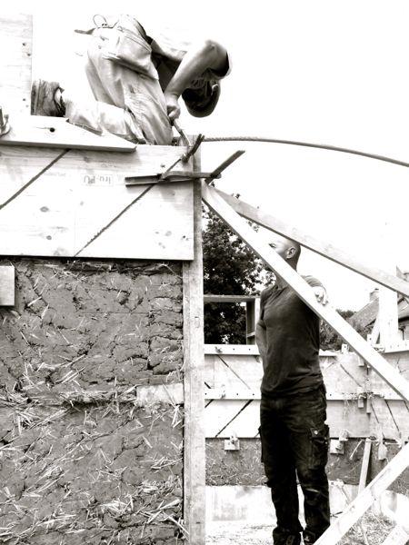les fourchées chantier participatif 1 st germain sur ille construction en bauge coffrée de l'atelier de maçonnerie