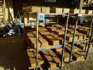 atelier de maçonnerie Terre Crue à St germain sur Ille, production d'adobe, brique de terre crue. Ghislain maetz