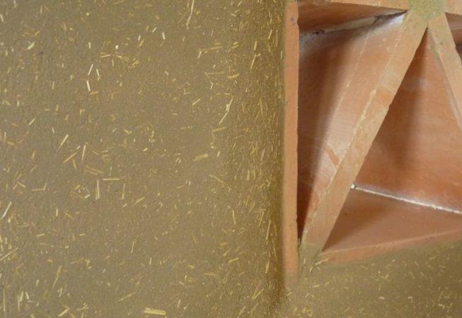 détail d'un moucharabier dans un banc maçonné en adobe EIRL Terre Crue Ghislain Maetz
