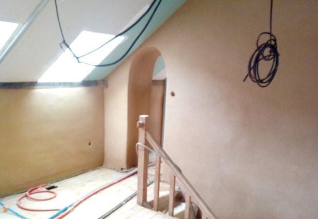 Incendie dans maison en terre, rénovation après sinistre ragréage, enduits intérieurs EIRL Terre Crue St Germain sur Ille