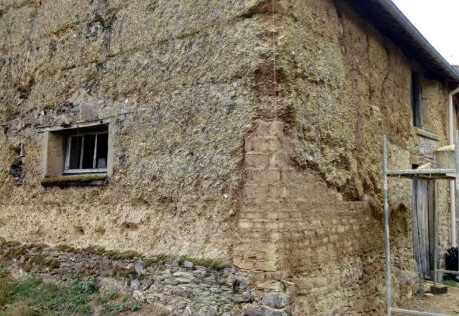 reprise d'un angle en adobes d'une grange en terre EIRL Terre Crue St Germain sur Ille