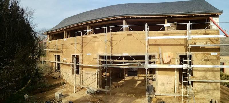 ouverture double carré atelier Couet Horbowa, enduit extérieur terre et fibre stabilisé à la chaux EIRL Terre Crue