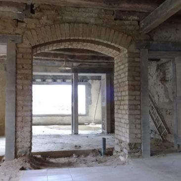 rénovation complète, ravalement, enduits intérieurs, changemnent de double carré avec l'atelier de charpente Iscie, création d'ouverture, arche pour poêle à bois EIRL Terre Crue Ghislain Maetz