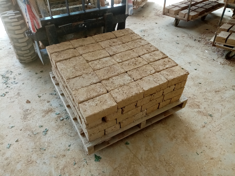 fabrication d'adobe pendant le confinement
